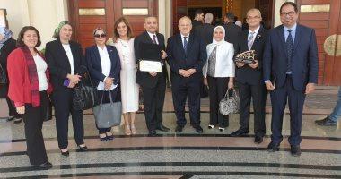 رئيس جامعة القاهرة يعلن فوز كليتى الطب والصيدلة بجائزتي أفضل كليات فى مصر