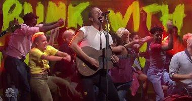 """فريق Coldplay يبهر عشاقه ويقدم أغنيتين جديدتين فى """"SNL"""""""