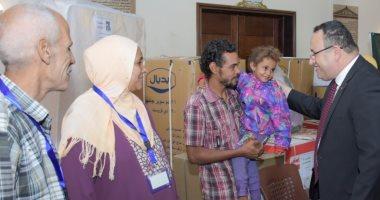صور.. محافظ الإسكندرية يسلم أجهزة كهربائية للأهالى المتضررة من الطقس السيئ