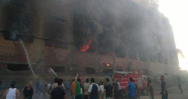 الدفع بـ10 سيارات إطفاء للسيطرة على حريق بمخزن فى قليوب ..صور
