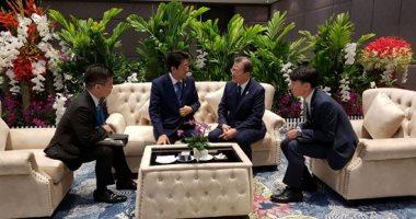 صور.. مون وآبى يؤيدان إجراء حوار لحل الخلاف بين كوريا الجنوبية واليابان