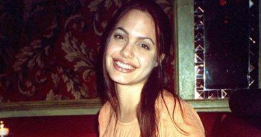 زى ما هى متغيرتش.. شوف انجلينا جولى فى سن العشرين بكامل رقتها