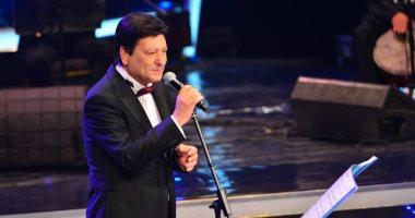 صور.. محمد الحلو يبدأ حفل مهرجان الموسيقى بالوسية والجمهور يتغزل فى شياكته