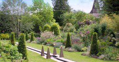 مذيع بريطانى يمنح جمهوره لمحة عن حديقته الخاصة.. تضم 10 شلالات ونافورة مياه