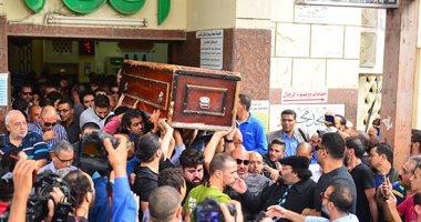 الانتهاء من مراسم دفن جثمان هيثم احمد زكي بجوار والده الراحل