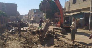 صور.. تمهيد طرق بمدينة الزينية فى الأقصر لاستكمال مشروع الصرف الصحى المتوقف