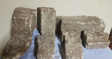 صور.. العثور على قطع حجرية من كشف أثرى يعود للعصر القبطى وحفرين أثريين بسوهاج