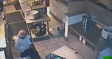 ما كفاية الدولارات.. لصة تسقط من سقف أثناء سرقتها مطعما