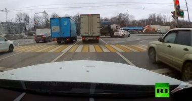 سوق على مهلك.. حادث سير بين سيارتين بسبب الإستعجال