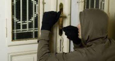 البحث عن مجهول سرق مشغولات ذهبية ونقود من شقة بالوراق