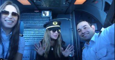 فيديو.. نيكول سابا داخل كابينة طائرة وتعلق: مرحبا من السماء
