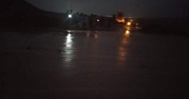 أمطار غزيرة وسيول تجتاح الأودية الصحراوية بمرسى علم.. صور