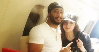 محمد رمضان بصحبة زوجته داخل طائرة خاصة: مع حياتى