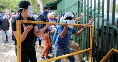 صور.. متظاهرون يحاولون اقتحام مبنى الجامعة الأمريكية بنيكارجوا