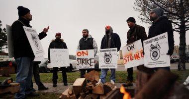 إضراب عمال السكة الحديد فى كندا احتجاجا على أوضاع السلامة