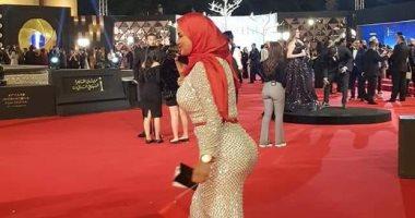 سما المصرى بالحجاب على السجادة الحمراء فى افتتاح مهرجان القاهرة السينمائي