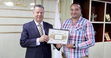 محافظ بنى سويف يكرم مدير وحدة المتغيرات المكانية لحصوله على أفضل مدير إدارة هندسية