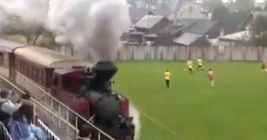 سوبر مشهد حدث فى سلوفاكيا.. قطار بخار يمر بملعب مباراة بالدورى