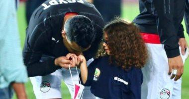 سوبر كورة يرصد إنسانية مصطفى محمد مع حفيدة الجناينى