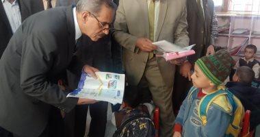 صور .. محافظ أسيوط يتفقد مدرسة أبوجبل الابتدائية بديروط ويقرر تكريم المتميزين