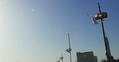 اطفوا النور ..قارئ يشارك بصور لأعمدة كوبرى قصر النيل مضاءة نهارا