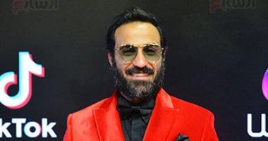 بجاكت أحمر ونظارة.. أحمد فهمى يشارك فى حفل ختام مهرجان القاهرة السينمائى