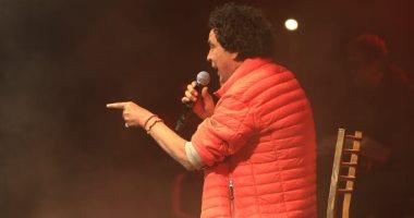 """""""الكرسى"""" يلازم محمد منير فى حفلاته.. سلامتك يا كينج"""