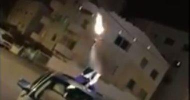 فيديو قلب السوشيال ميديا.. طفل يطلق وابلا من الأعيرة النارية فى الهواء بالأردن