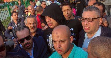 فيديو وصور.. محمود الليثى ينهار  باكيا في جنازة شعبان عبد الرحيم