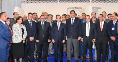 الرئيس السيسي يلتقط صورًا تذكارية مع عمال مدينة دمياط للأثاث