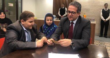 وزير الآثار يمنح طفلا تصريحا دائما مجانا لزيارة المواقع الأثرية والمتاحف