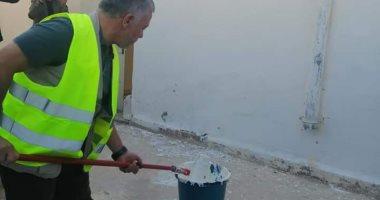 ملك الأردن يشارك المتطوعين فى أعمال الصيانة لمدرسة.. صور