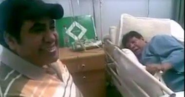 شاهد.. أحمد عدوية يغنى لـ شعبان عبد الرحيم على سرير المرض بالمستشفى