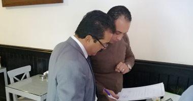 صور.. ضبط مخالفات تهرب ضريبى وعدم الألتزام بالأسعار بكافيهات وسط الإسكندرية