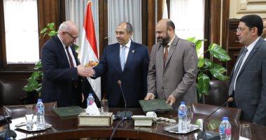 """وزير الزراعة يشهد توقيع اتفاقية بين """"سلامة الغذاء"""" و""""الخدمات البيطرية"""""""