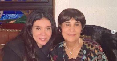 """دينا تحتفل بعيد ميلاد والدتها وتؤكد: """"دايما بتخرج الحلو اللى جوايا"""""""