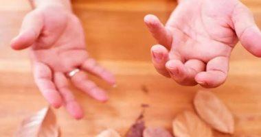 هذه أبرز أسباب رعشة اليدين.. منها نقص فيتامين ب12