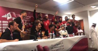 البحرين ضد السعودية.. لاعبو الأحمر يقتحمون المؤتمر الصحفي للاحتفال بـ كاس الخليج