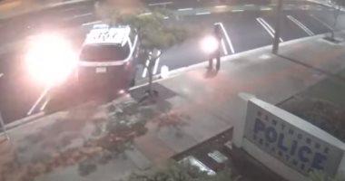 شاهد.. شاب يضرم النيران فى سيارة شرطة جنوب ولاية كاليفورنيا الأمريكية