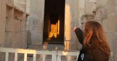 صور.. باحثون يرصدون تعامد الشمس على قدس الأقداس بمعبد حتشبسوت فى الأقصر