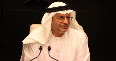 قرقاش عن تطورات أزمة قطر: تخطو نصف خطوة إلى الأمام وخطوتين إلى الوراء
