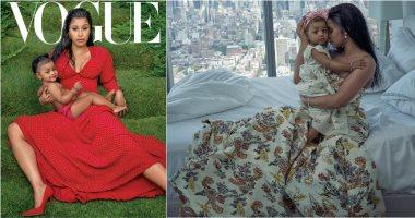 كاردى بى تحتضن ابنتها على غلاف مجلة فوج بفستان أحمر رقيق.. صور