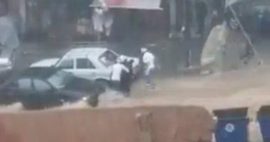 فيديو .. شباب لبنانى ينقذون سيدة جرفتها السيول فى شوارع بيروت