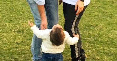الحلوة كبرت سنة.. أحدث صورة لابنة كنده علوش وعمرو يوسف أثناء إجازتهما بأسوان