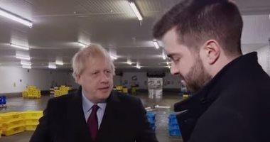 فيديو.. جونسون يرفض النظر لصورة طفل ملقى بمستشفى.. وانتقادات واسعة ببريطانيا