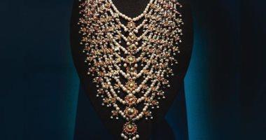 قلادة تاريخية لـ  أم كلثوم  تعرض فى متحف اللوفر بأبو ظبى تضم 1888 لؤلؤة