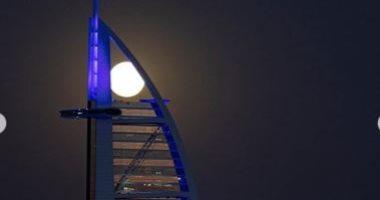 القمر يجاور برج العرب فى الإمارات .. صور جديدة لولى عهد دبى