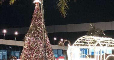 الأمل والسلام وأشجار الكريسماس وحلوى الميلاد تحيط مسرح شباب العالم