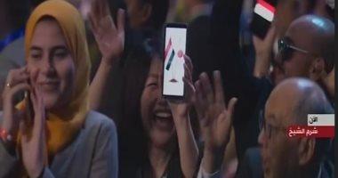 يابانية ترفع هاتفها بمنتدى شباب العالم توحد علم مصر واليابان
