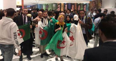 شباب العالم يلتقطون الصور بأعلام بلدانهم فى منتدى شرم الشيخ